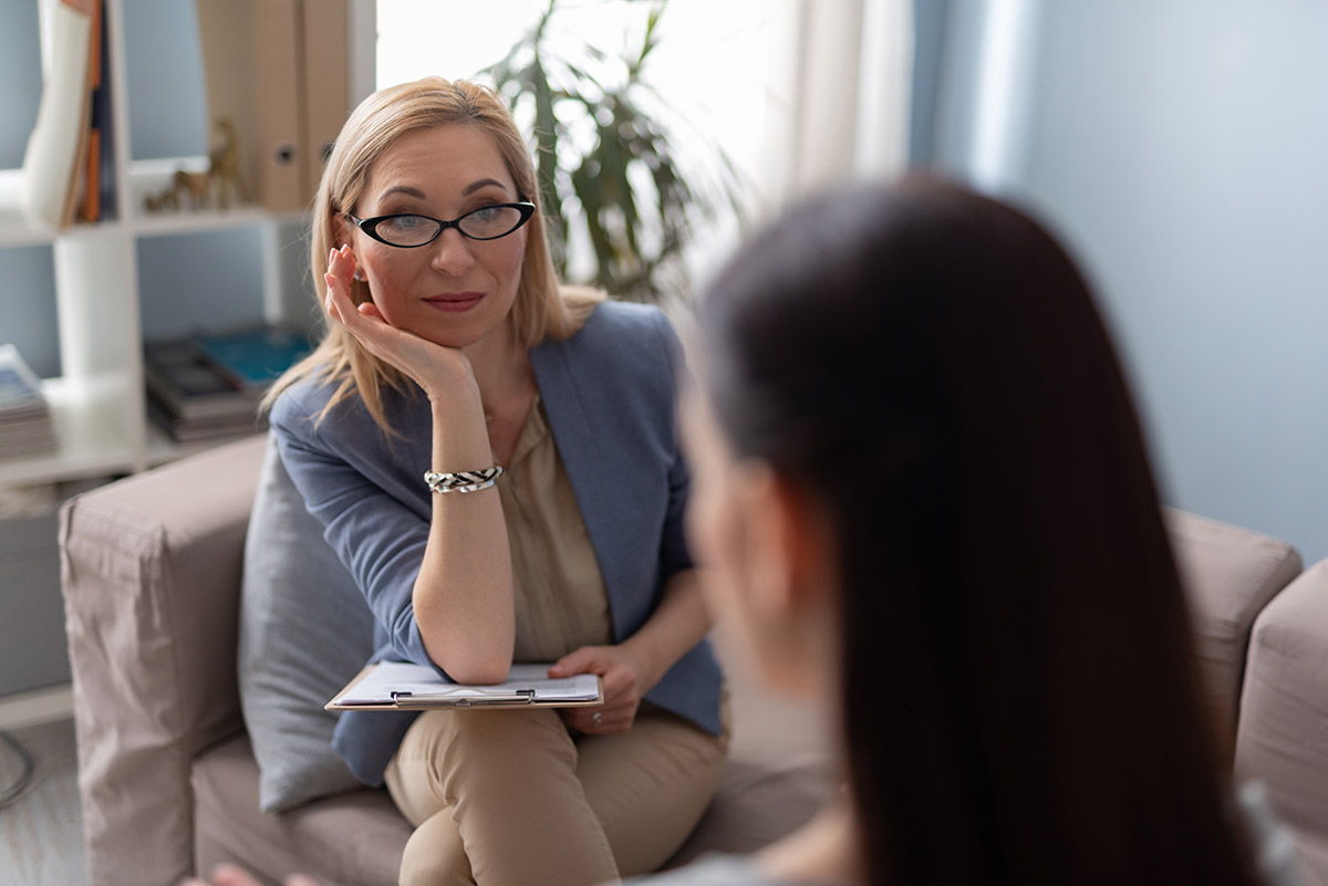 woman asks counselor the difference between psychiatrist vs therapist